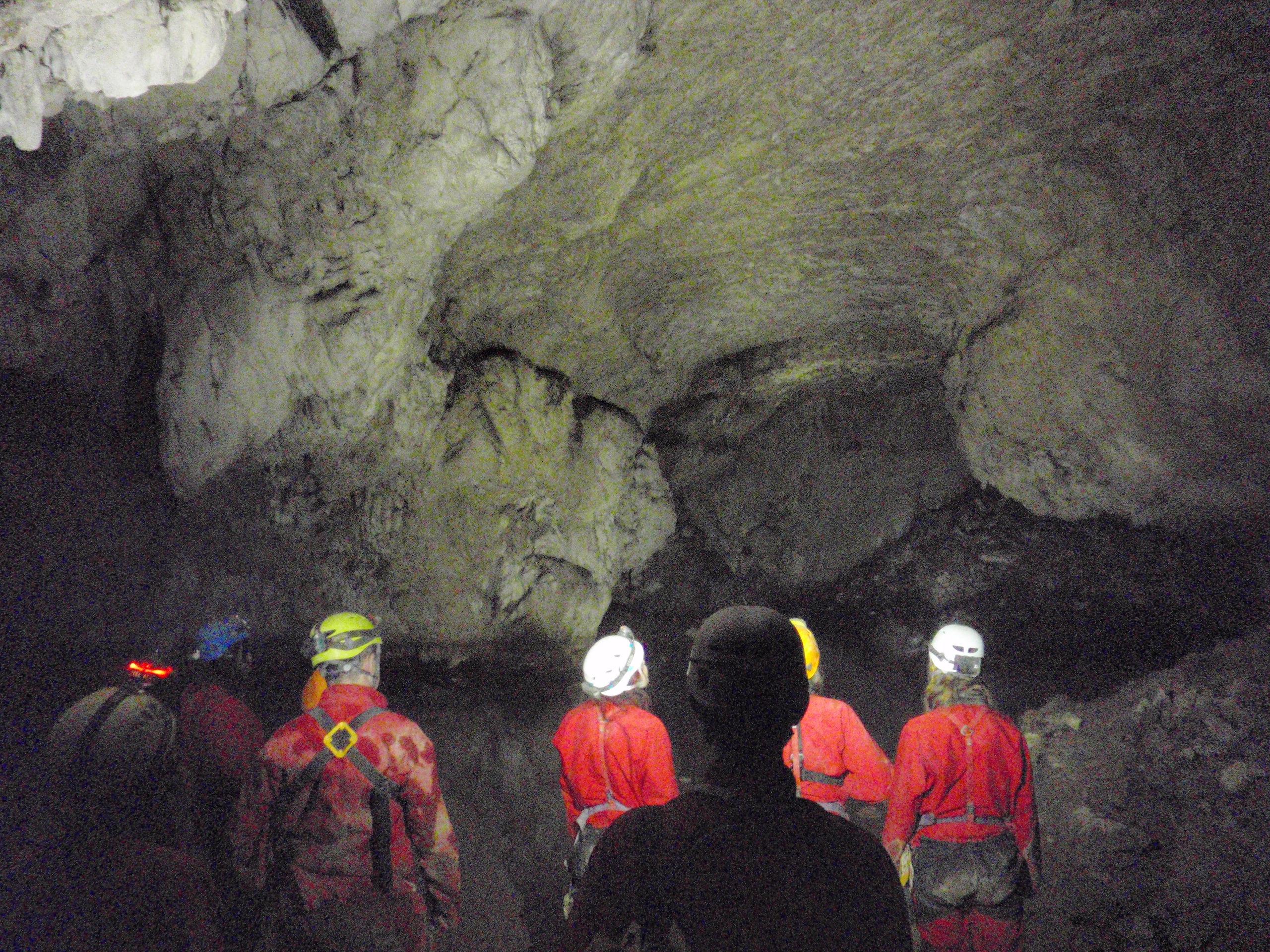 l'équipe au bord du lac souterrain.